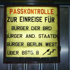 Am Grenzübergang Berlin-Friedrichstraße