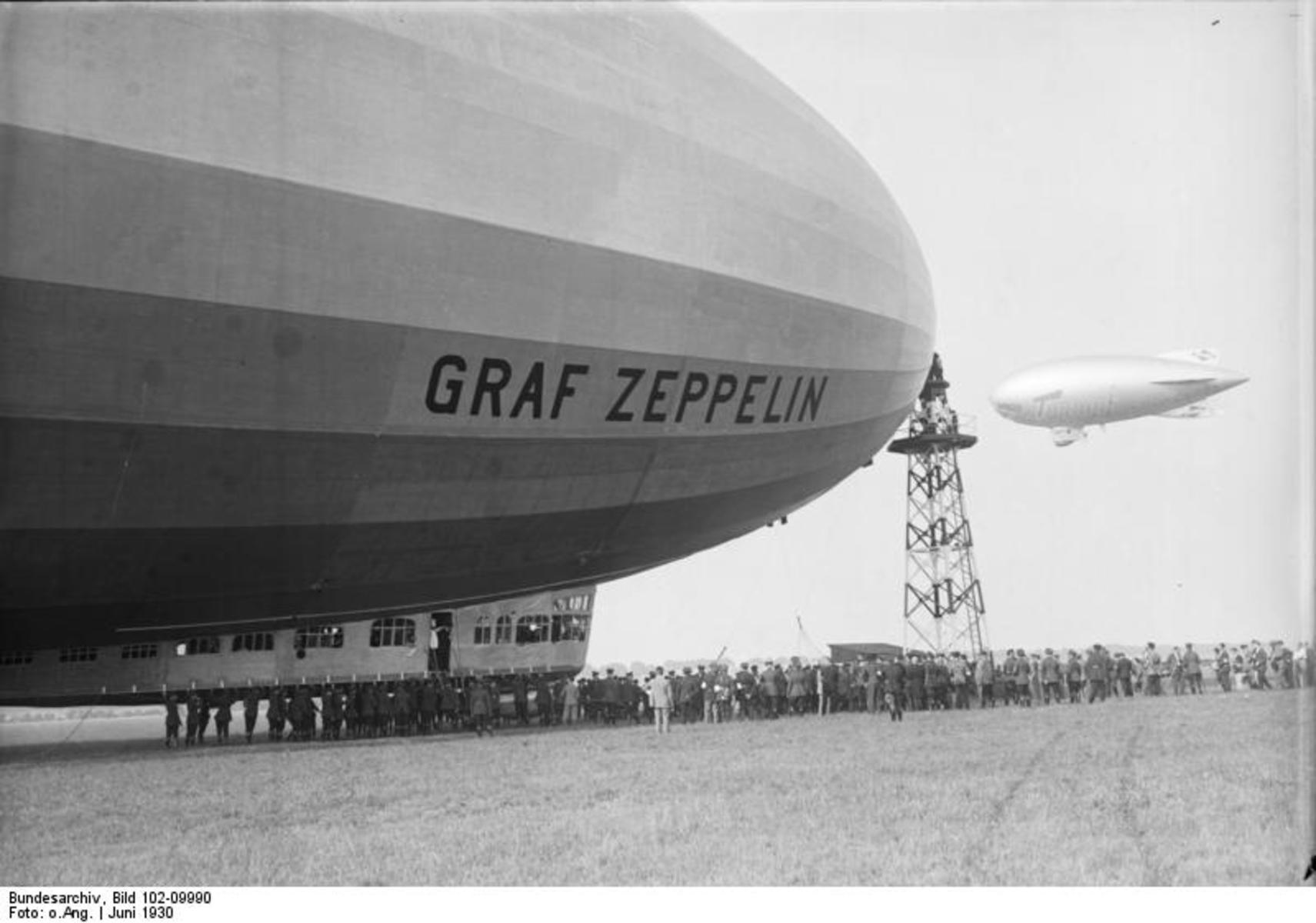 Bundesarchiv_Bild_102-09990,_Berlin-Staaken,_Empfang_des_'Graf_Zeppelin'.jpg