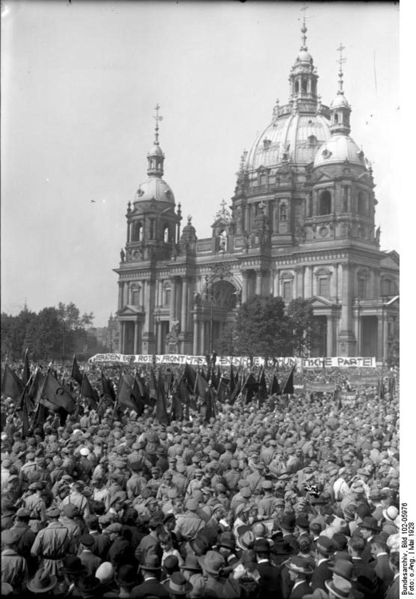Bundesarchiv_Bild_102-05976,_Berlin,_Pfingstreffen_der_Rot-Front-Kämpfer.jpg