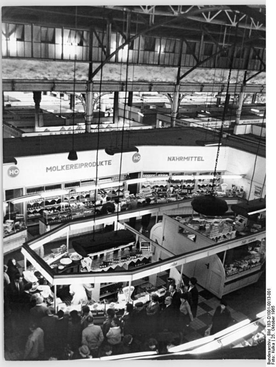 Bundesarchiv_Bild_183-D1001-0013-001,_Berlin,_Zentralmarkthalle,_Ladenstraße.jpg