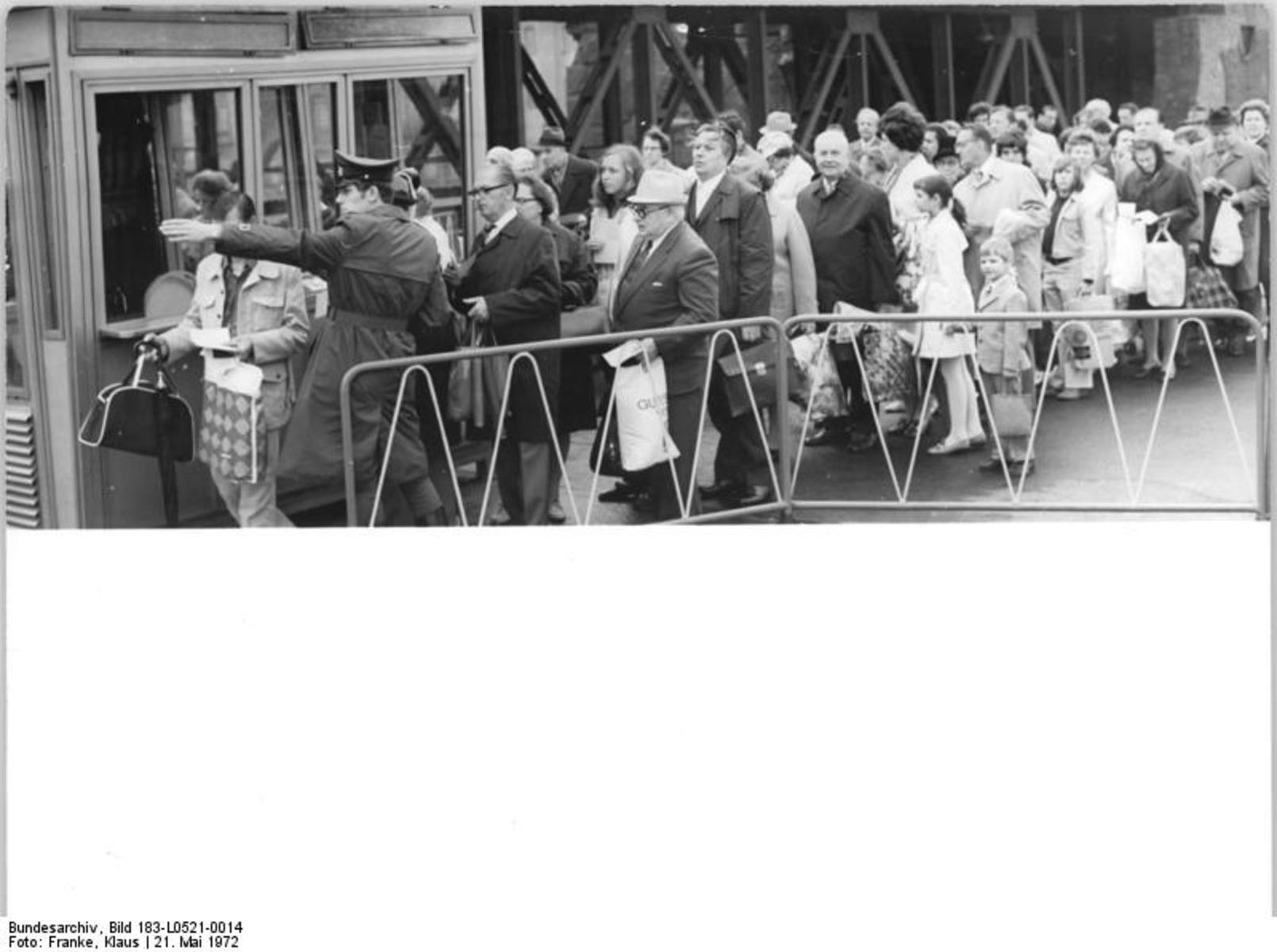 Bundesarchiv_Bild_183-L0521-0014,_Berlin,_Grenzübergang_Oberbaumbrücke.jpg