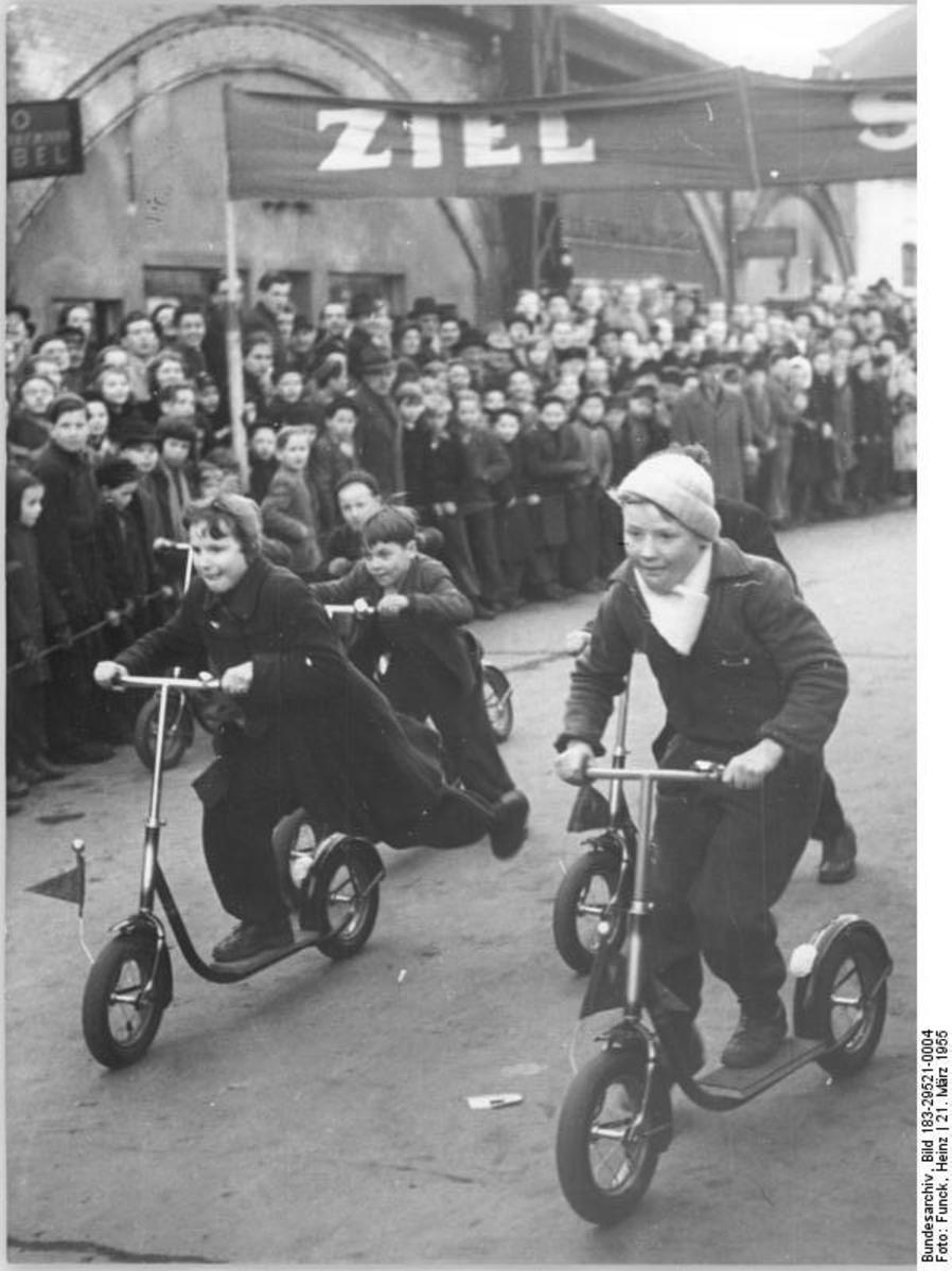 Bundesarchiv_Bild_183-29521-0004,_Berlin,_Alexanderplatz,_Rollerrennen.jpg