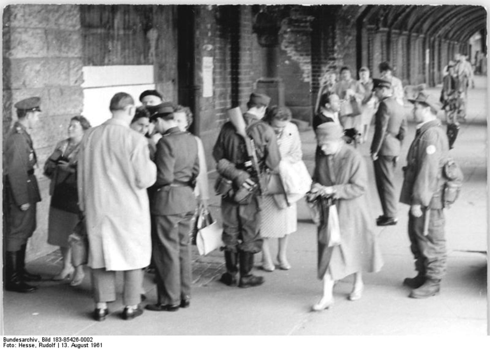 Bundesarchiv_Bild_183-85426-0002,_Berlin,_Mauerbau,_Oberbaumbrücke.jpg