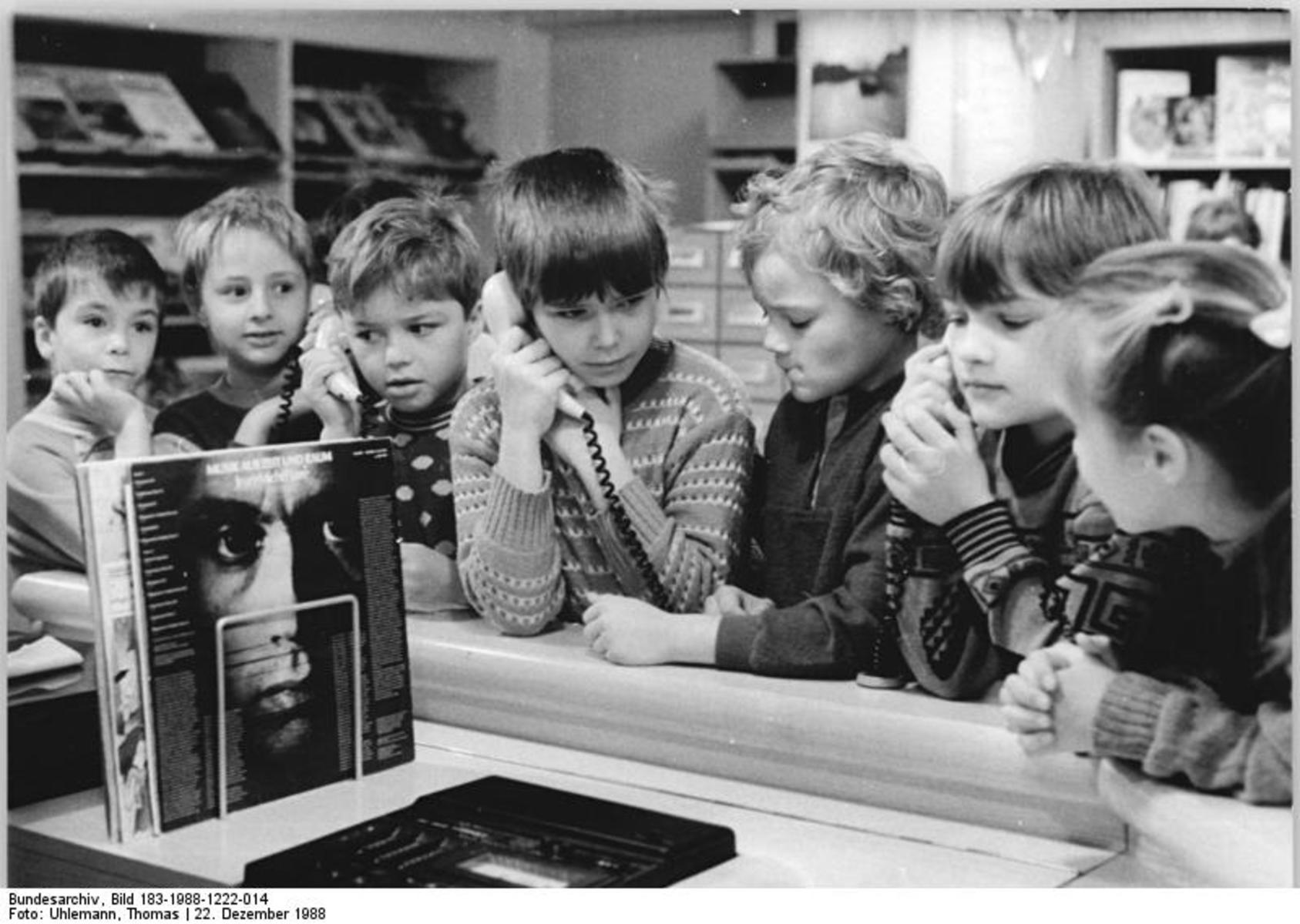Bundesarchiv_Bild_183-1988-1222-014,_Berlin,_öffentliche_Bücherei,_Phonothek.jpg
