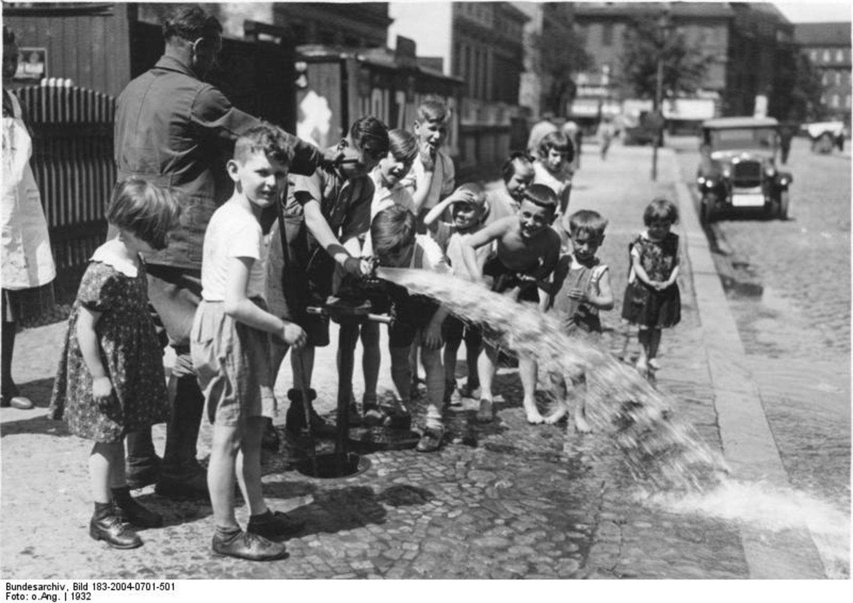Bundesarchiv_Bild_183-2004-0701-501,_Berlin,_willkommene_Erfrischung.jpg