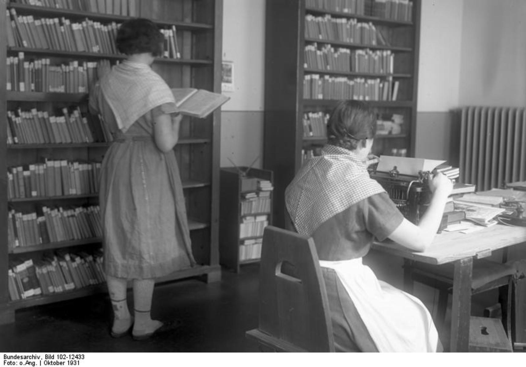 Bundesarchiv_Bild_102-12433,_Berlin,_Frauengefängnis,_Bibliothek.jpg