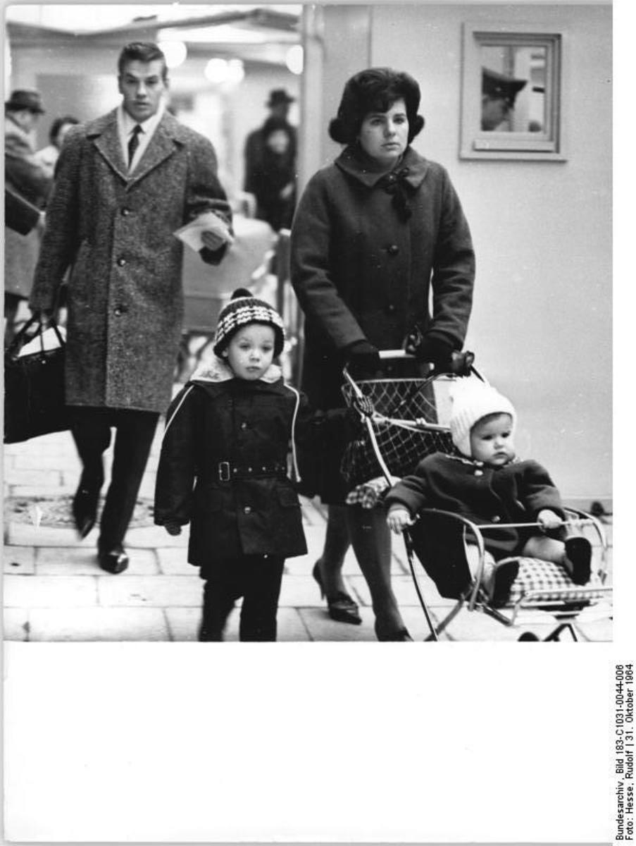 Bundesarchiv_Bild_183-C1031-0044-006,_Berlin,_Grenzübergang_Invalidenstraße.jpg