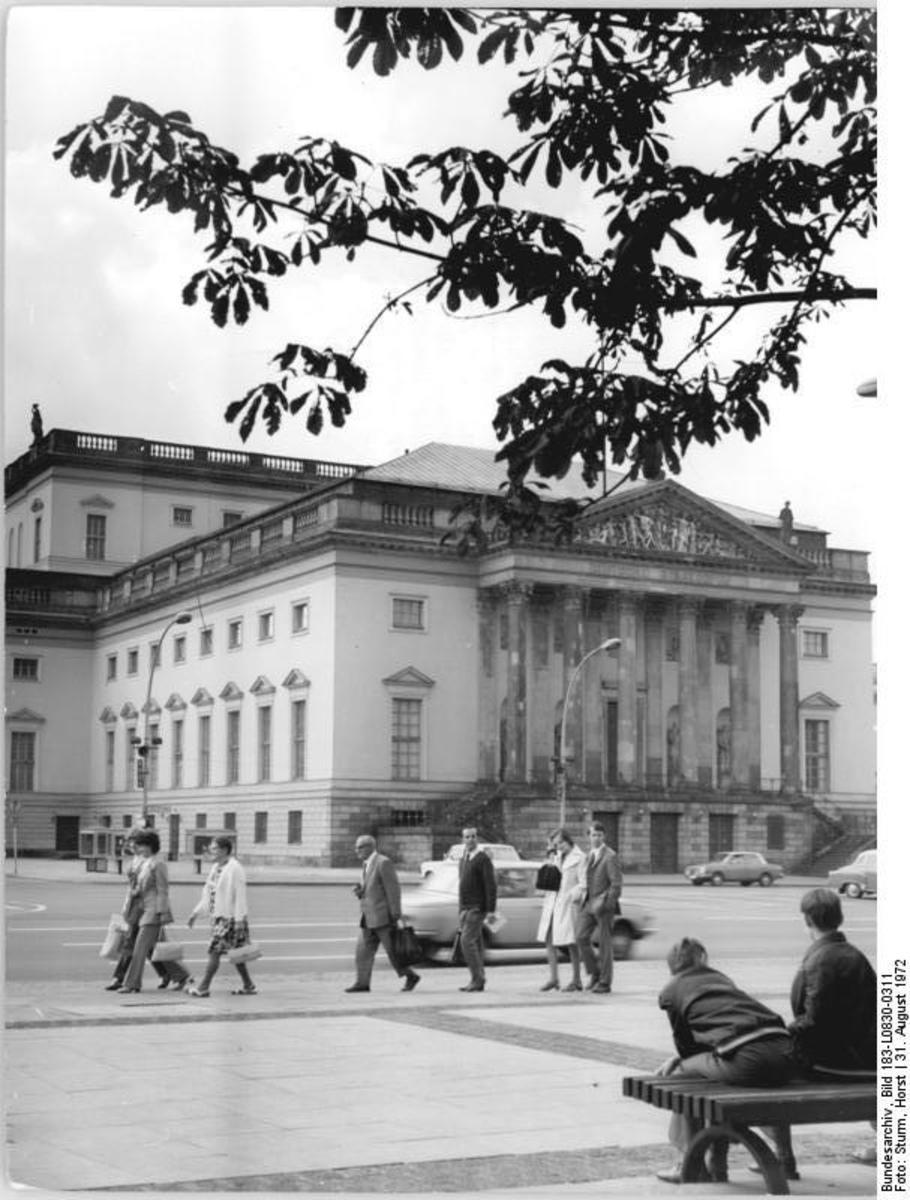 Bundesarchiv_Bild_183-L0830-0311,_Berlin,_Deutsche_Staatsoper,_Außenansicht.jpg