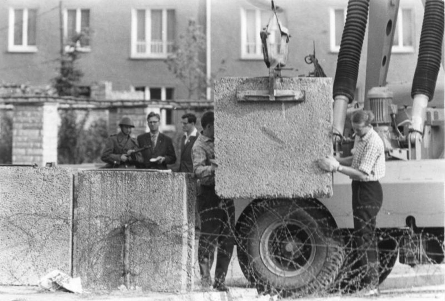 Bundesarchiv_Bild_173-1321,_Berlin,_Mauerbau.jpg