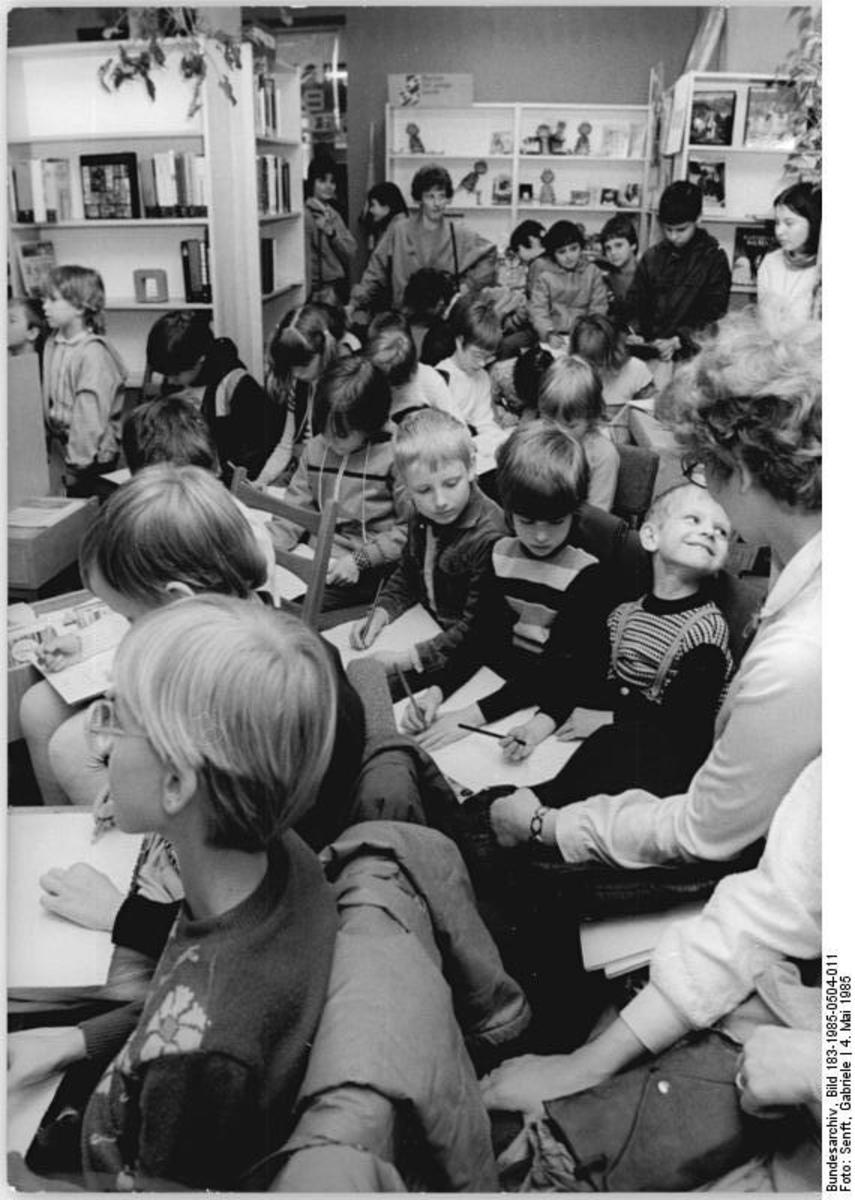 Bundesarchiv_Bild_183-1985-0504-011,_Berlin,_Kinderbücherei,_Lesung.jpg