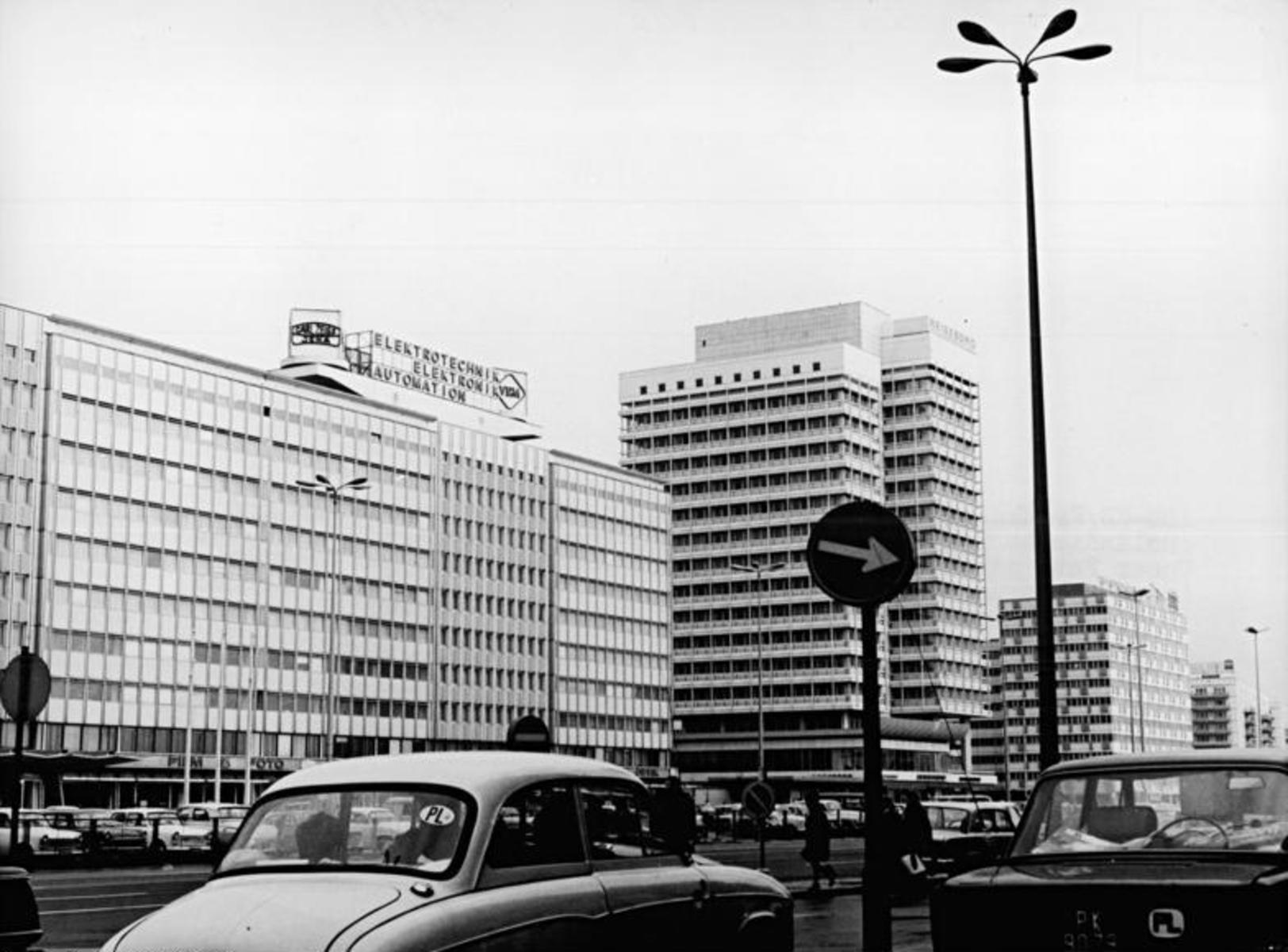 Bundesarchiv_Bild_183-L0404-0016,_Berlin,_Alexanderplatz,_Hochhaus,_Touristikzentrum,_Warenhaus.jpg
