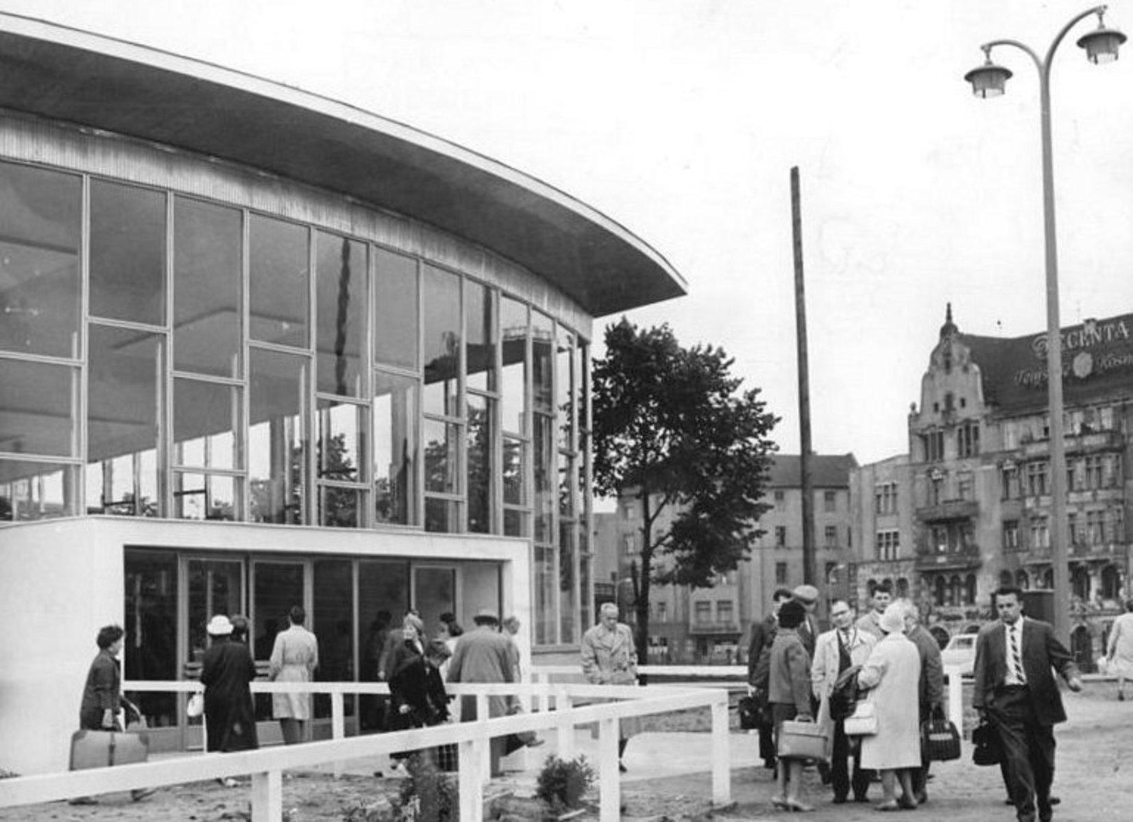 Bundesarchiv_Bild_183-A0706-0010-001,_Berlin,_Bahnhof_Friedrichstraße,_Glashalle,_Eingang.jpg