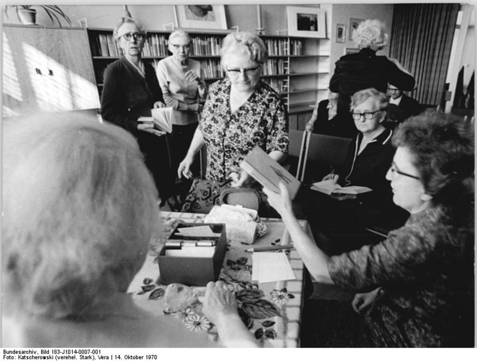 Bundesarchiv_Bild_183-J1014-0007-001,_Berlin,_Altenheim,_Bibliothek.jpg
