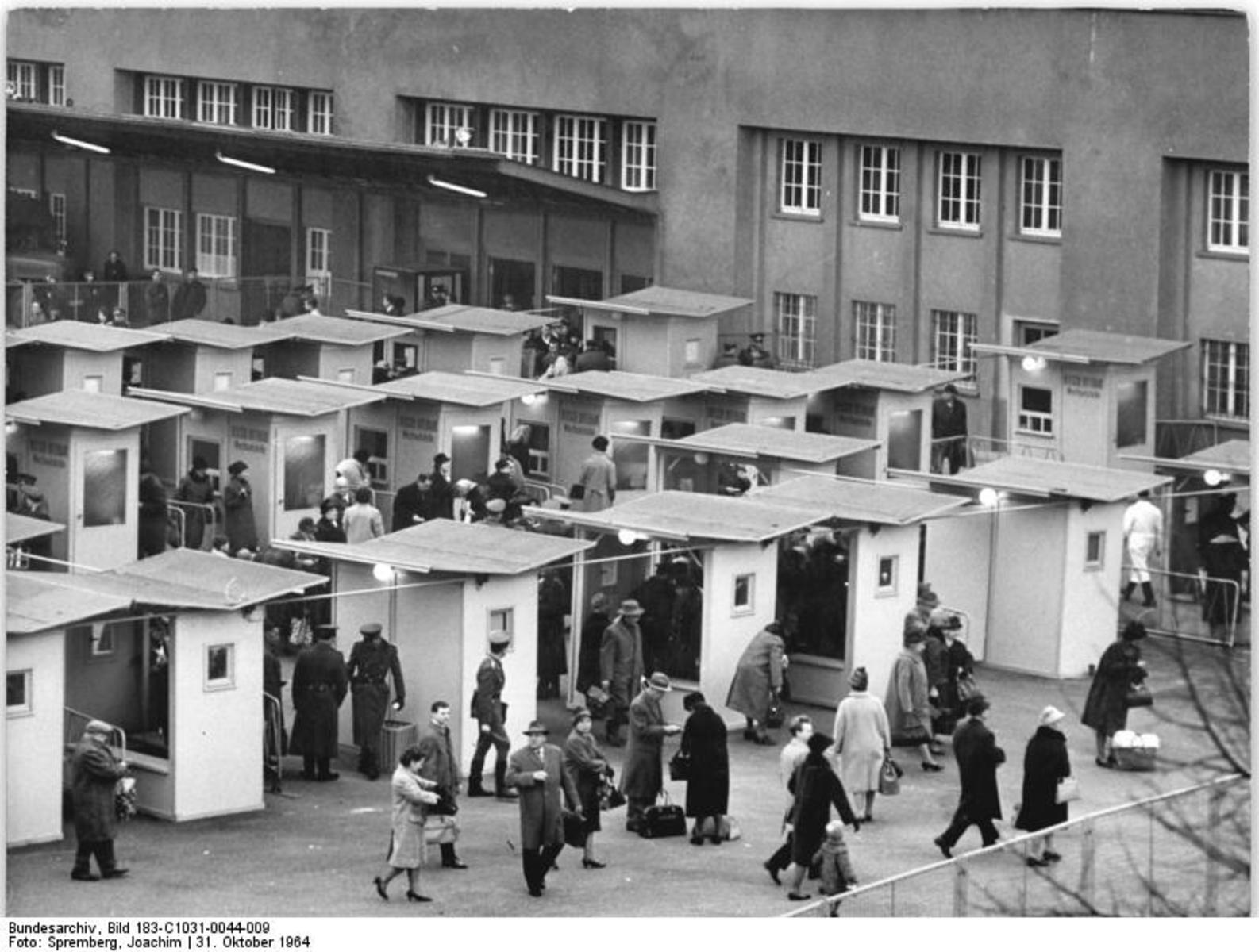 Bundesarchiv_Bild_183-C1031-0044-009,_Berlin,_Grenzübergang_Bahnhof_Friedrichstraße.jpg