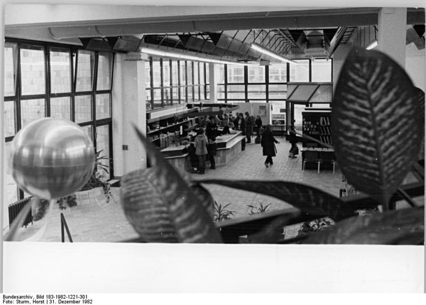 Bundesarchiv_Bild_183-1982-1221-301,_Berlin,_Marzahn,_Bibliothek.jpg