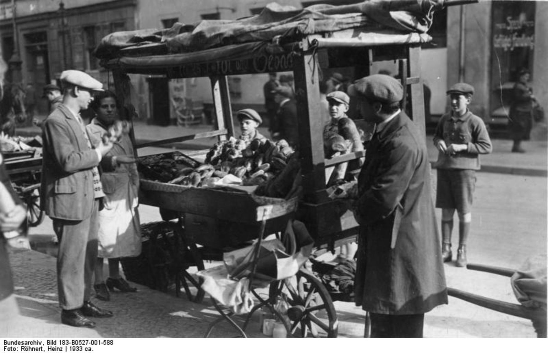 Bundesarchiv_Bild_183-B0527-001-588,_Berlin,_im_Scheunenviertel,_Straßenhandel.jpg