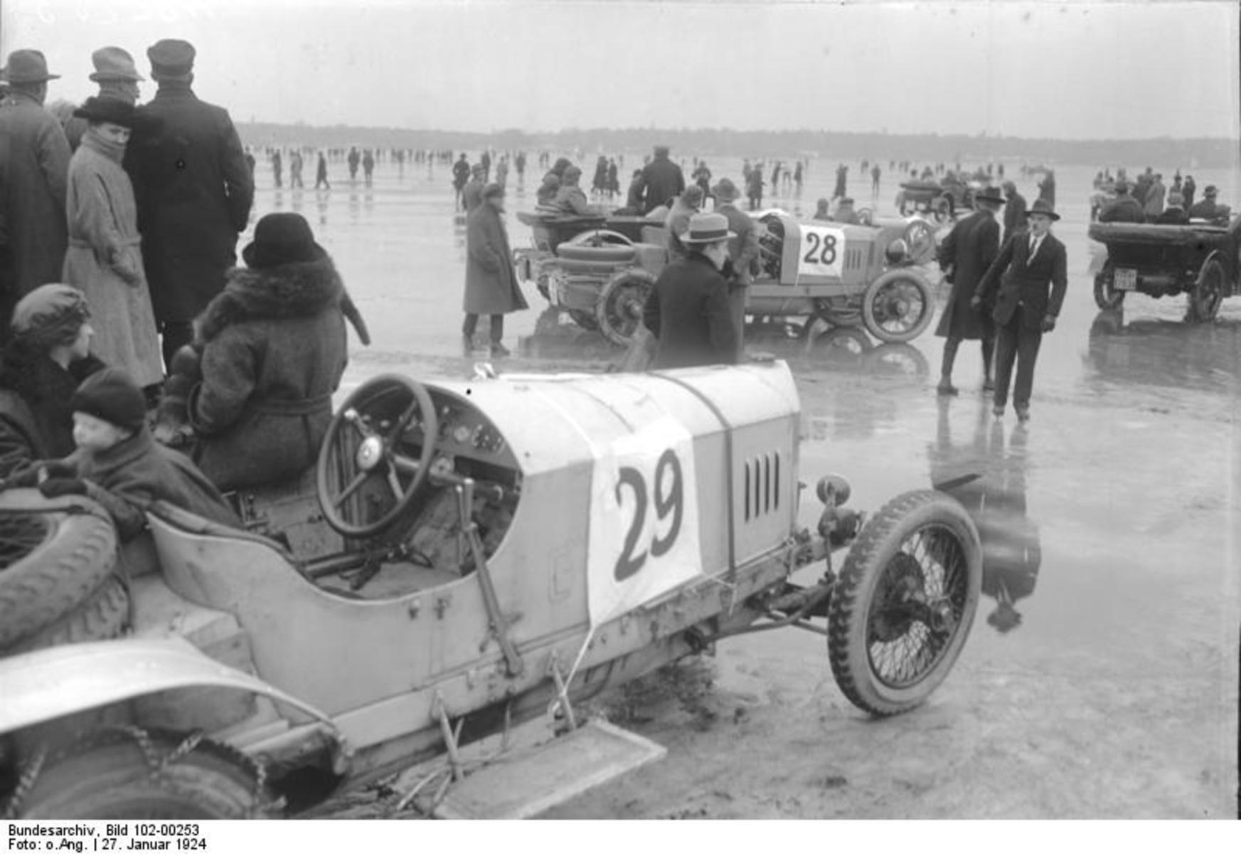 Bundesarchiv_Bild_102-00253,_Berlin,_Motorrennen_auf_dem_Wannsee.jpg