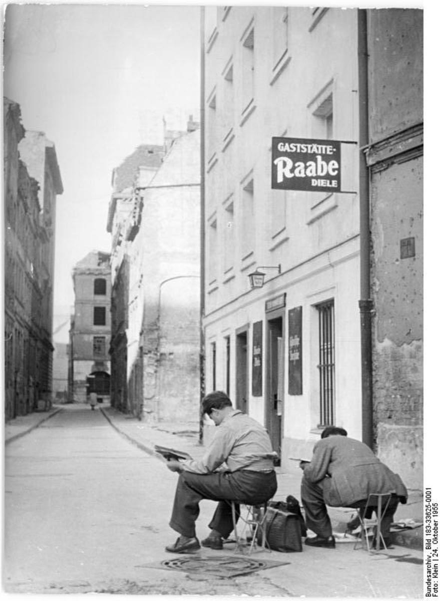 Bundesarchiv_Bild_183-33625-0001,_Berlin,_Sperlingsgasse,_Gaststätte_'Raabe-Diele'.jpg