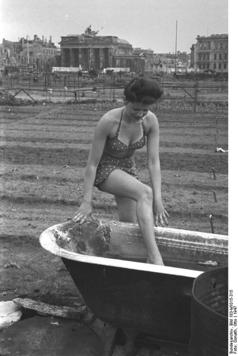Bundesarchiv_Bild_183-M1015-315,_Berlin,_'Bad'_im_Tiergarten.jpg