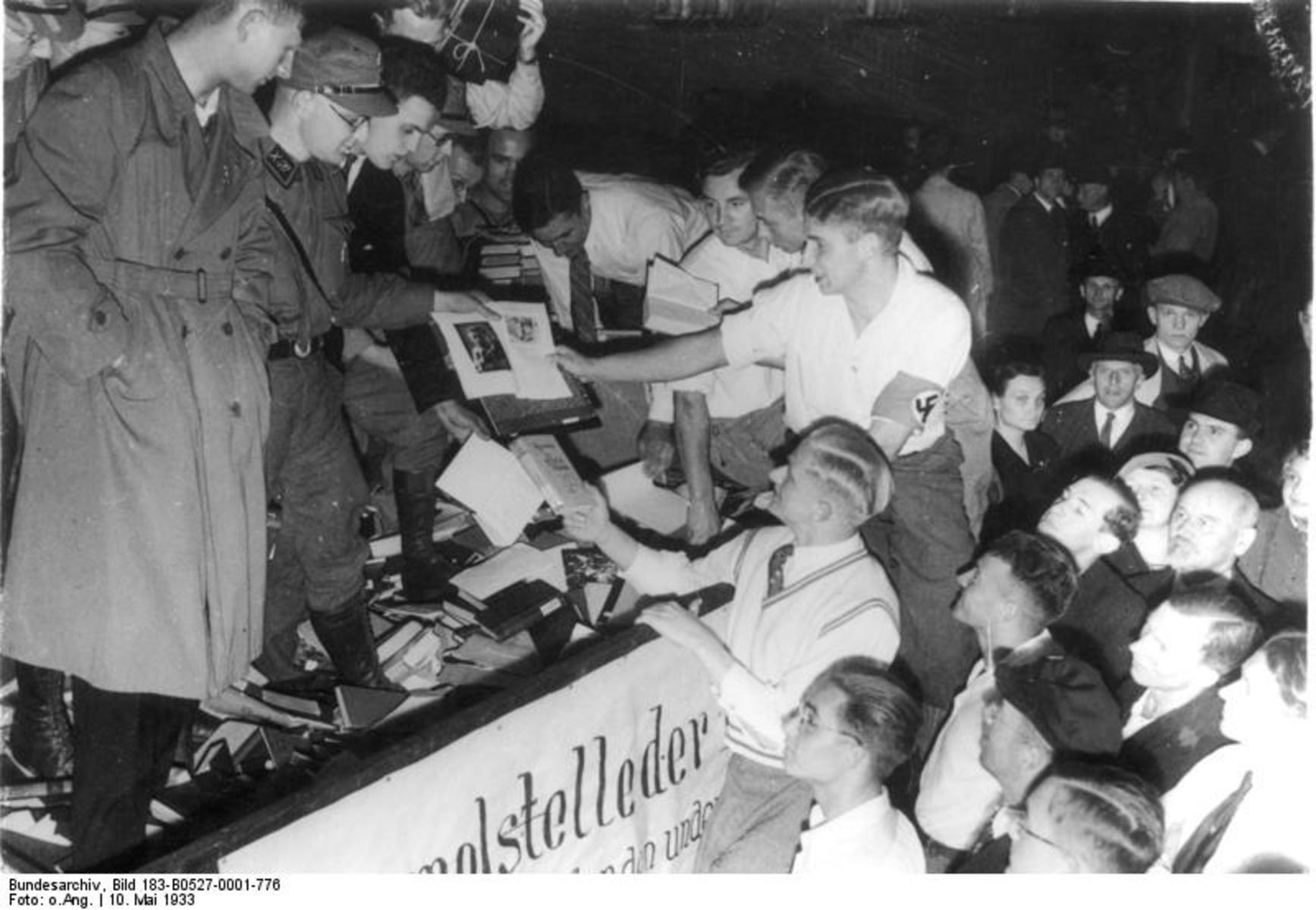 Bundesarchiv_Bild_183-B0527-0001-776,_Berlin,_Bücherverbrennung.jpg