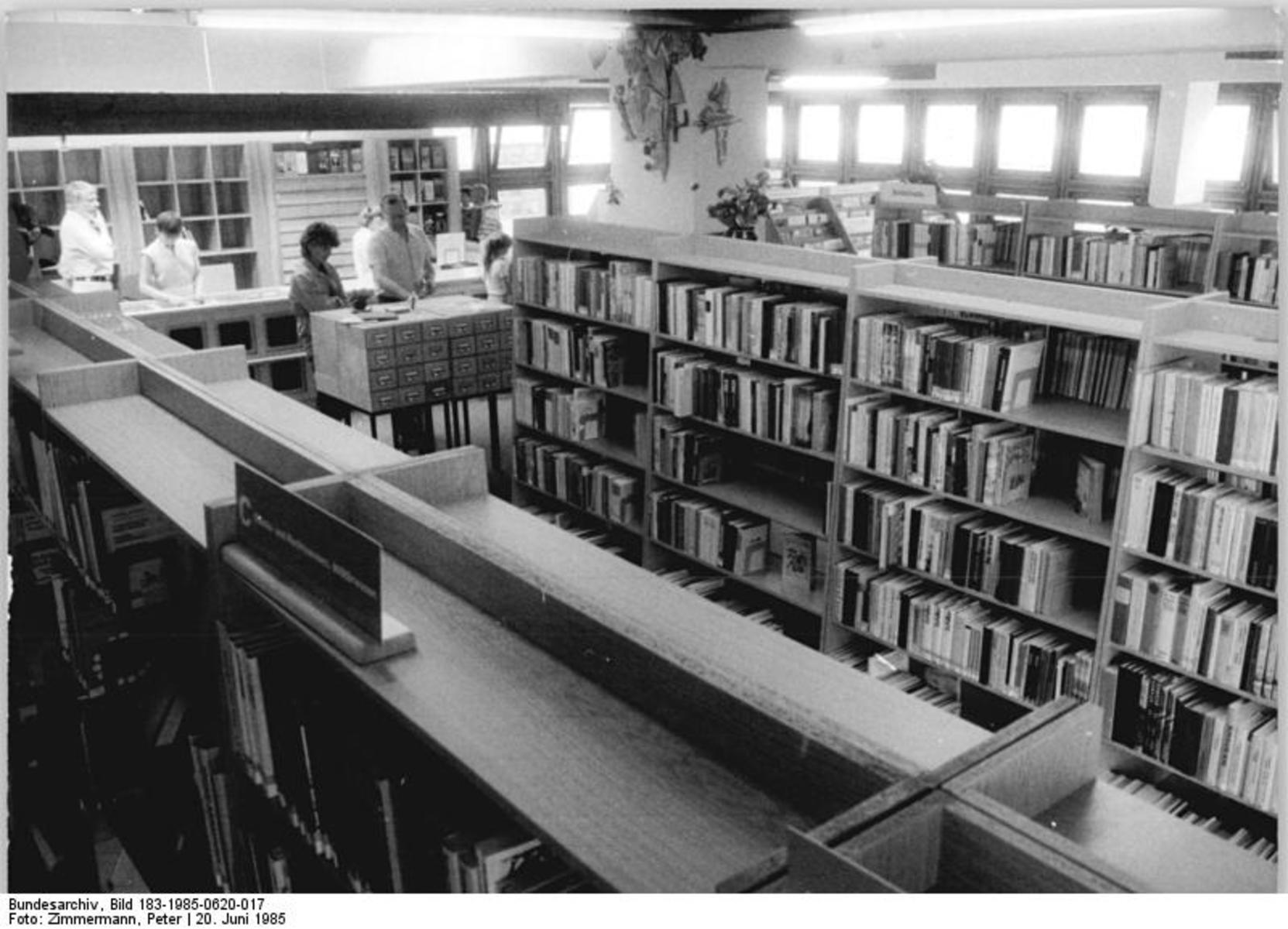 Bundesarchiv_Bild_183-1985-0620-017,_Berlin,_öffentliche_Bibliothek,_Innenansicht.jpg