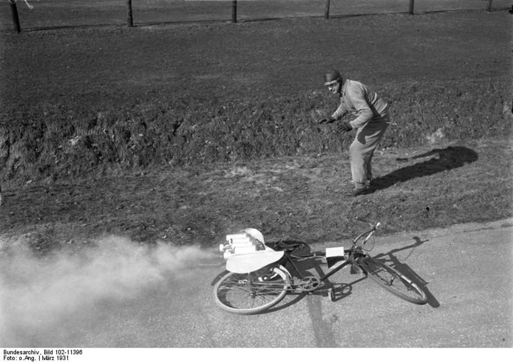 Bundesarchiv_Bild_102-11396,_Berlin,_Avus,_Fahrrad_mit_Raketenantrieb.jpg