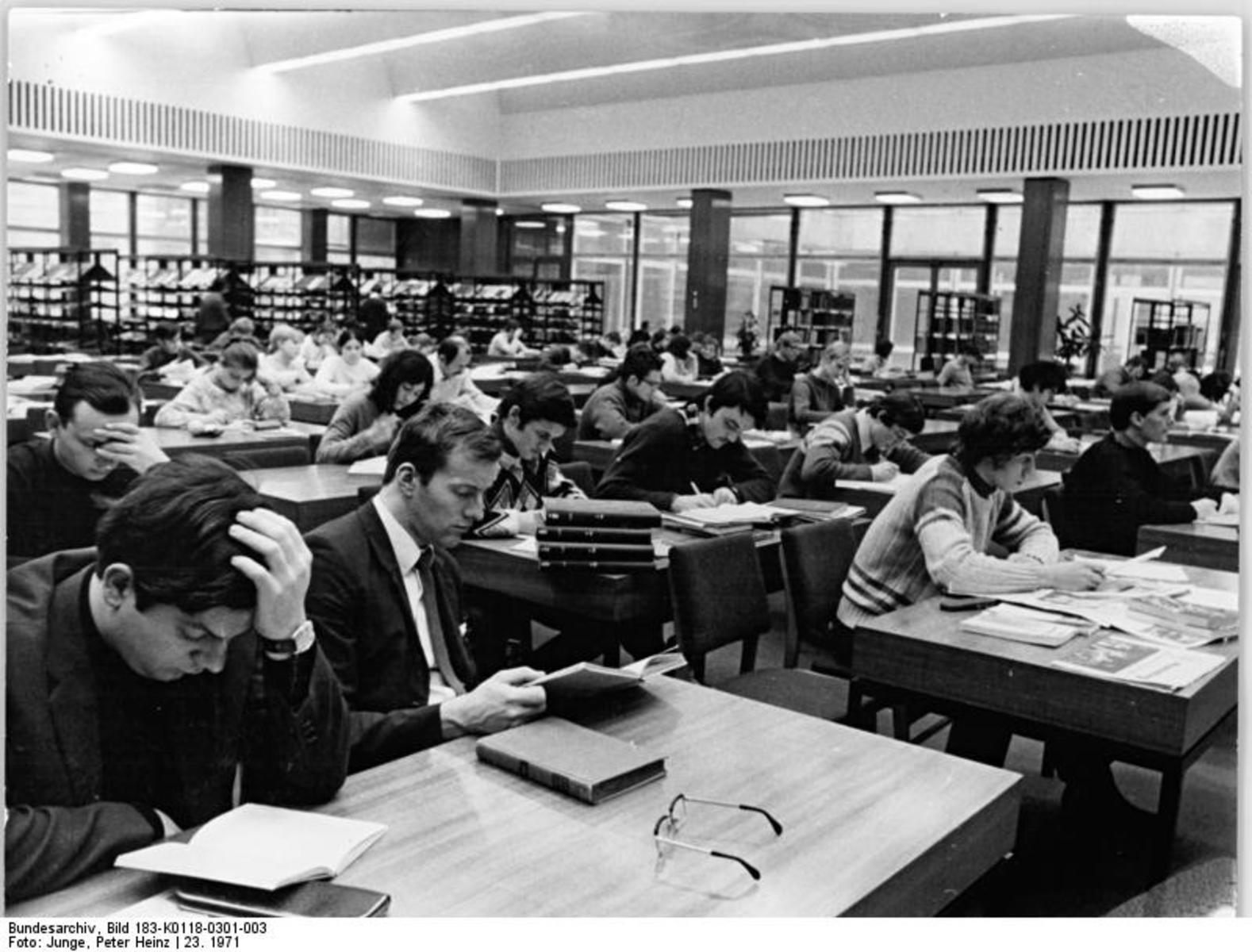 Bundesarchiv_Bild_183-K0118-0301-003,_Berlin,_Stadtbibliothek,_Lesesaal.jpg