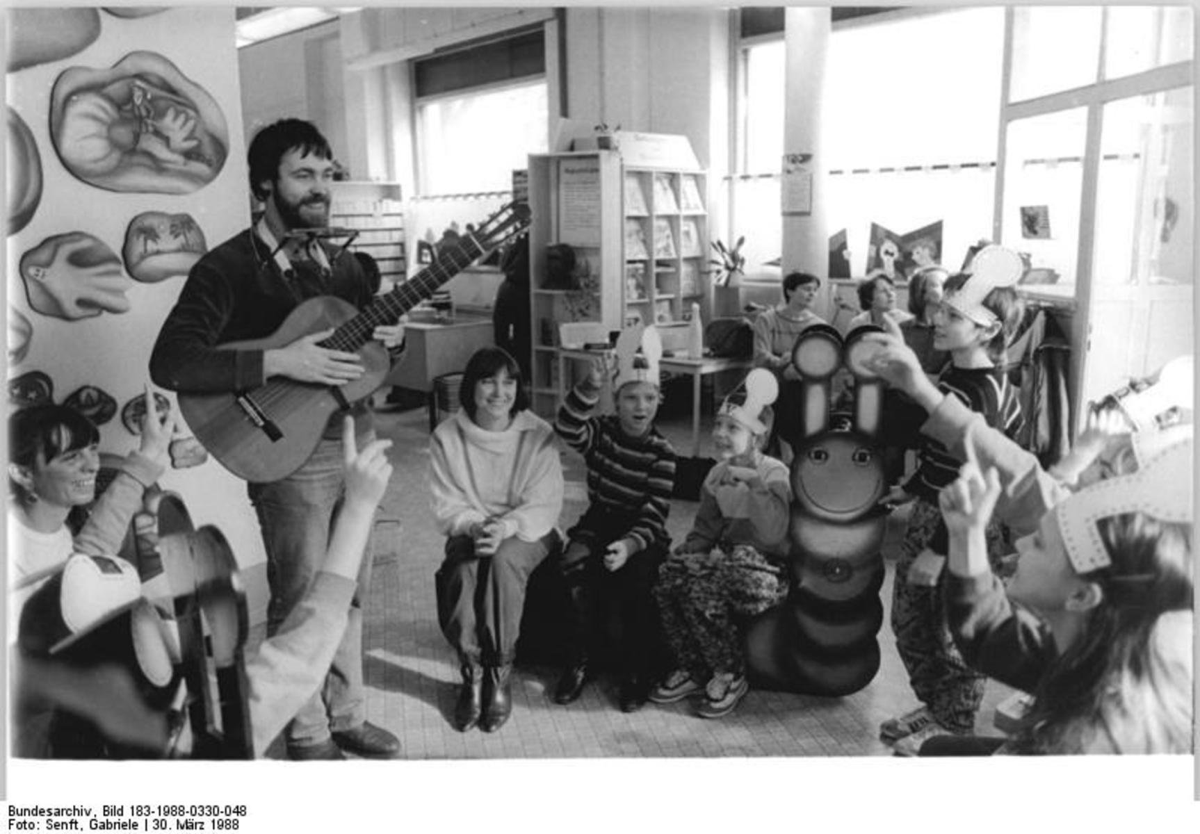 Bundesarchiv_Bild_183-1988-0330-048,_Berlin,_Kinderbibliothek,_Christian_Rau.jpg