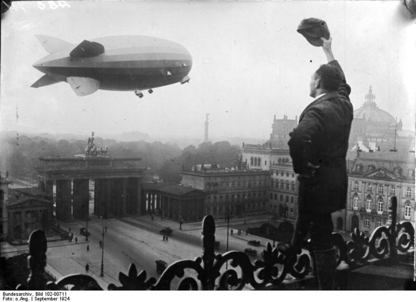 Bundesarchiv_Bild_102-00711,_Berlin,_Zeppelin-Luftschiff_Z.R._III.jpg