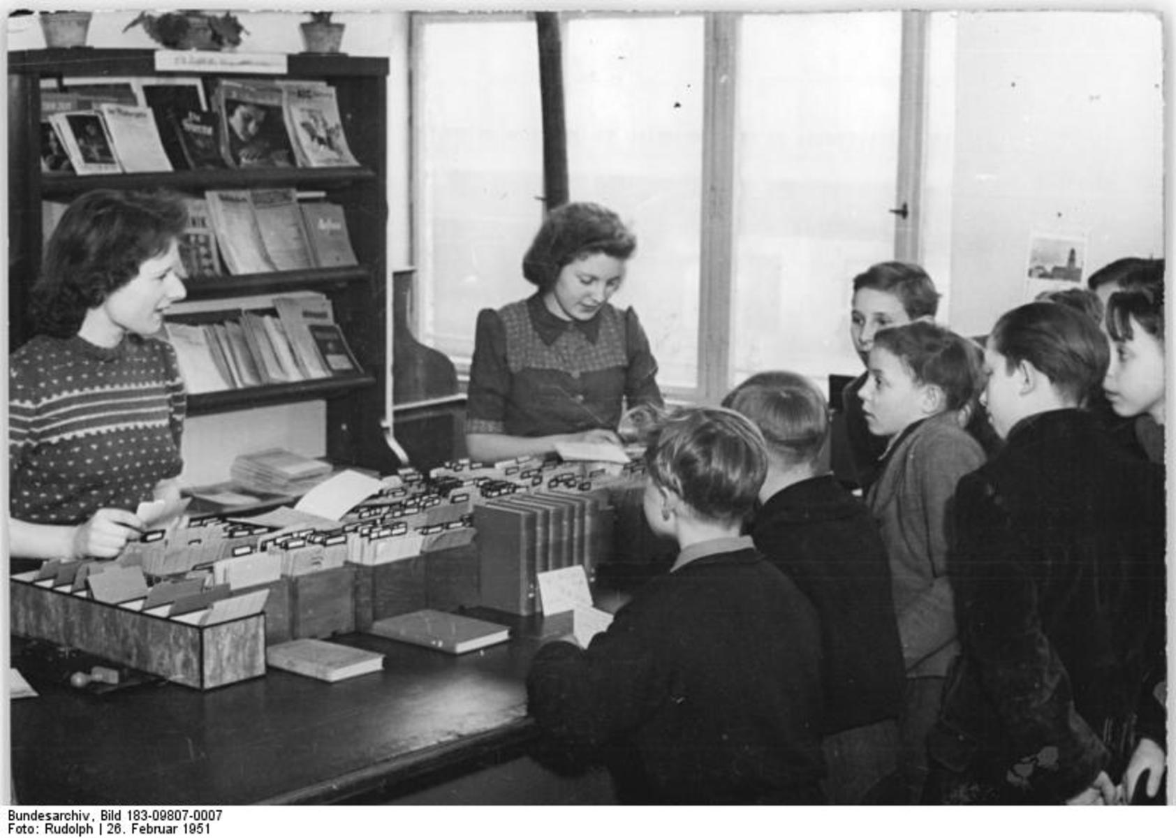 Bundesarchiv_Bild_183-09807-0007,_Berlin,_Jugendbücherei_Prenzlauer_Berg,_Katalog.jpg
