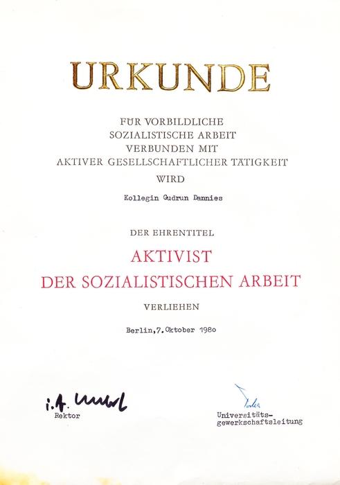 """Bibliothekarin als """"Aktivist der sozialistischen Arbeit"""" an der HU Berlin"""