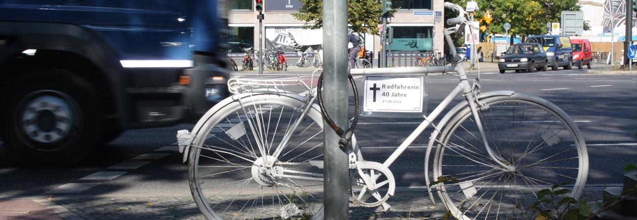 Geisterräder: Erinnerung und Mahnung am Straßenrand