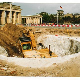 Bagger in einer Baugrube vor dem Brandenburger Tor