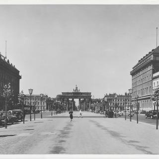Straße Unter den Linden, Ecke Friedrichstraße