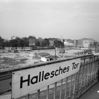 Berlin; Mehringdamm: Hochbahnhof; Bahnsteig und Blick auf Mehring Platz
