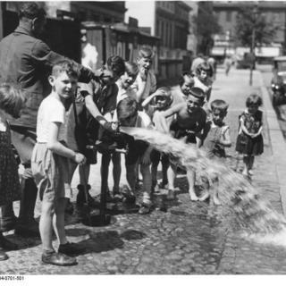 Sprengwagenkutscher als Wasserspender