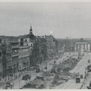 Straße unter den Linden mit Blick in Richtung Westen zum Brandenburger Tor