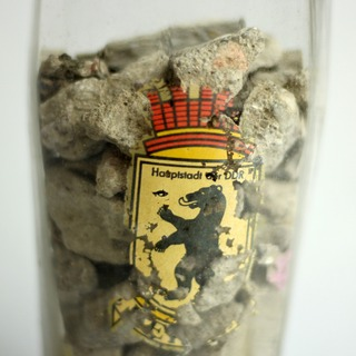 Bierglas mit Mauersteinen