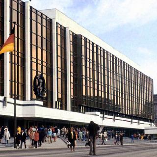 Der Palast der Republik der DDR in den 80er Jahren in Ostberlin
