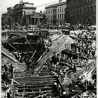 Bergungsarbeiten nach dem Einsturzunglück beim Bau der Nord-Süd-S-Bahn am Brandenburger Tor