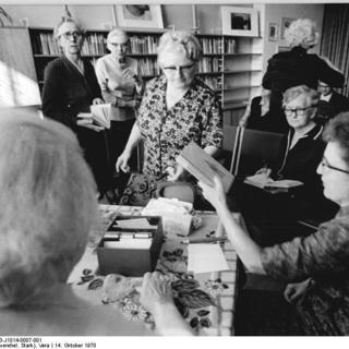 In der Bibliothek im Feierabendheim Wilhelm-Kuhr-Straße