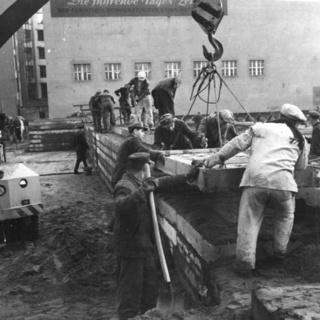 Weiterbau der Mauer im Dezember 1961