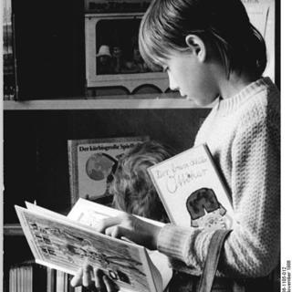 Junge blättert in Buch, Kinderbibliothek Wörther Straße