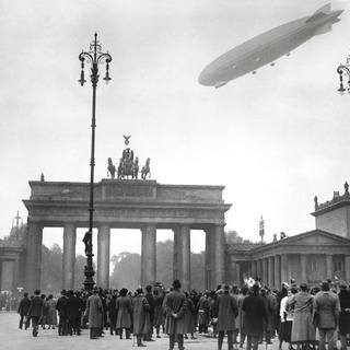 Zeppelin ZR 3 über den dem Brandenburger Tor