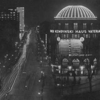 Stresemannstraße bei Nacht