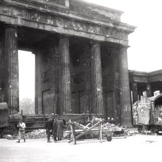 Am Brandenburger Tor: Bau von Panzersperren