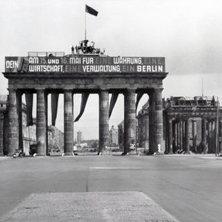 Brandenburger Tor mit politischer Propaganda