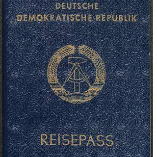 """[Reisepass der DDR mit Stempel """"abgelaufen""""]"""