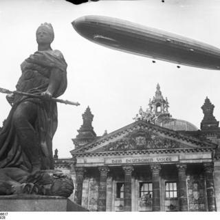 """Luftschiff """"Graf Zeppelin"""" über Reichstag"""