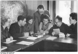 Bundesarchiv_Bild_183-09807-0001,_Berlin,_Ausbildung_von_Bibliothekaren.jpg